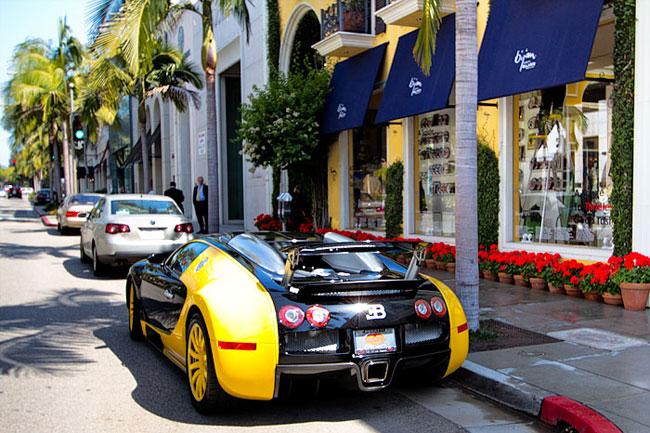 這台Bugatti 幾乎都會停在這邊,是圖中這間店老闆的車,基本上已經變成大家來拍照的場景之ㄧ了。